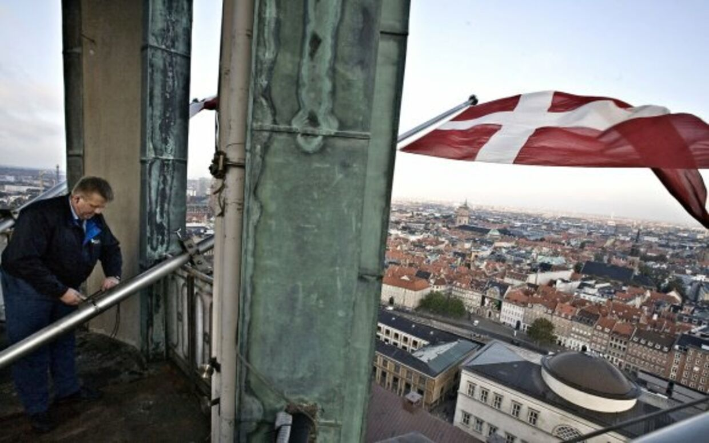 Lars sætter splitflag op i tårnet præcis kl. 08.00 på Folketingets åbningsdag. Demokratiet i Danmark er et repræsentativt demokrati. Hvad vil det sige? Test dig selv.