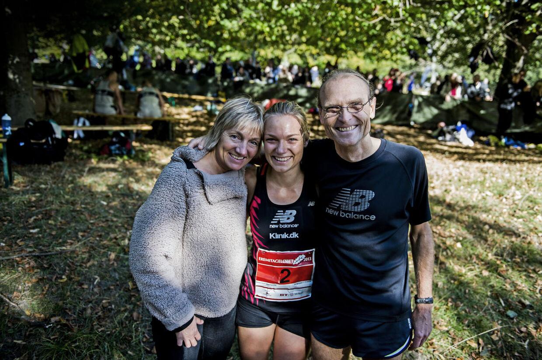 En stolt familie fra Bornholm, den nybagte E-løbsvinder, Anna Holm Baumeister, med sine forældre, Mette Holm Hansen og Henrik Jørgensen, som vandt E-løbet henholdsvid tre og fem gange i 80erne.