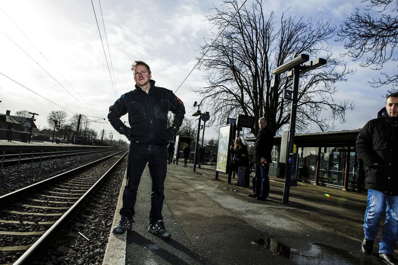 Mikkel Sangstad er pendler ogkigger ofte langt efter toget. Nu kigger han også langt efter den kompensation, som han har ret til, når toget er forsinket.