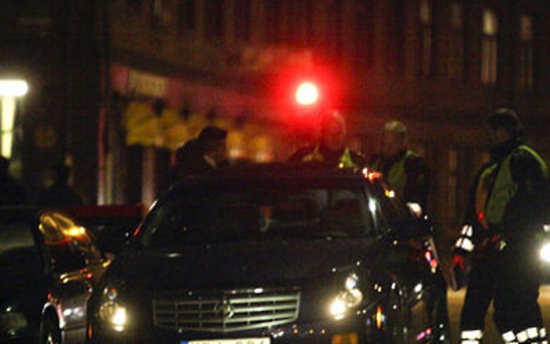 Politiet undersøger en bil.