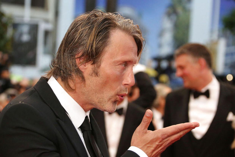 Det er ikke kun publikum, der er vilde med Mads Mikkelsen. Priserne vælter ned over ham i 2012.