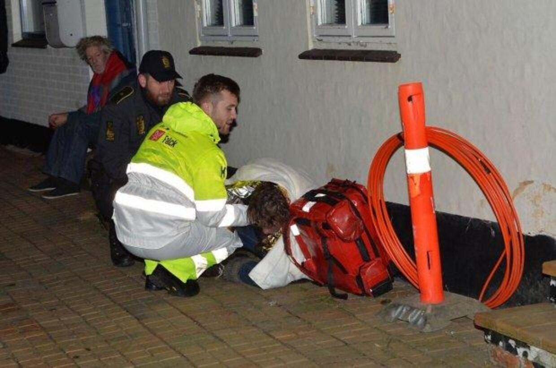 En 52-årig mand måtte indlægges til observation for røgforgiftning, efter tre drenge kastede fyrværkeri ind i hans lejlighed.
