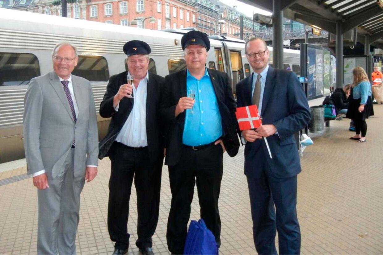 Venstres og DFs transportordførere Kristian Pihl Lorentzen og Kim Christiansen blev modtaget på Hovedbanegården med flag og champagne af DSBs generaldirektør Jesper Lok.
