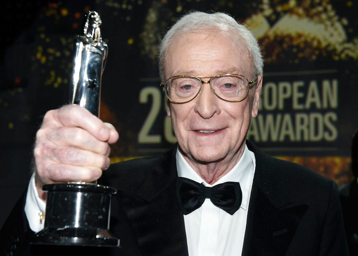 epa05066971 British actor Sir Michael Caine is honored with the award as European Actor during the 28th European Film Award ceremony in Berlin, Germany, 12 December 2015. EPA/CLEMENS BILAN