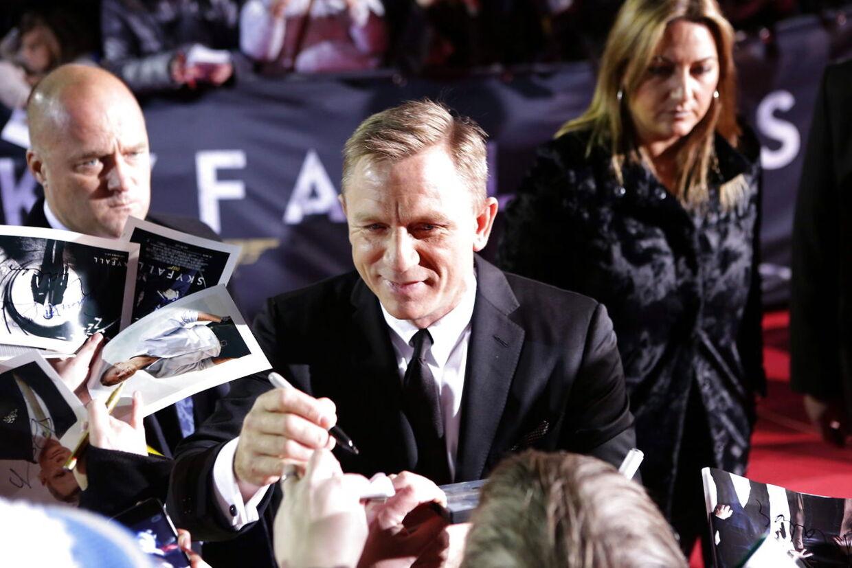 James Bond, alias den britiske skuespiller Daniel Craig skriver autografer ved gallapremieren på 'Skyfall' i Berlin den 30. oktober.
