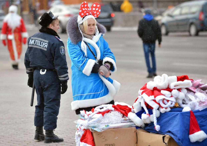 Der har tilsyneladende været god gang i julemandsgesjæften denne højtid i Ukraine. Her sælge en bvinde nissehuer på gaden i hovedstaden Kiev.