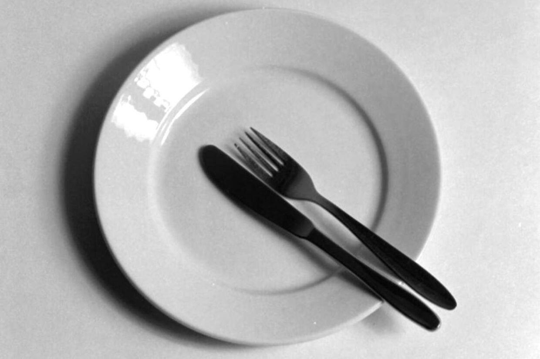 Spring et måltid over og lev længere, lyder rådet i en ny svensk bog.