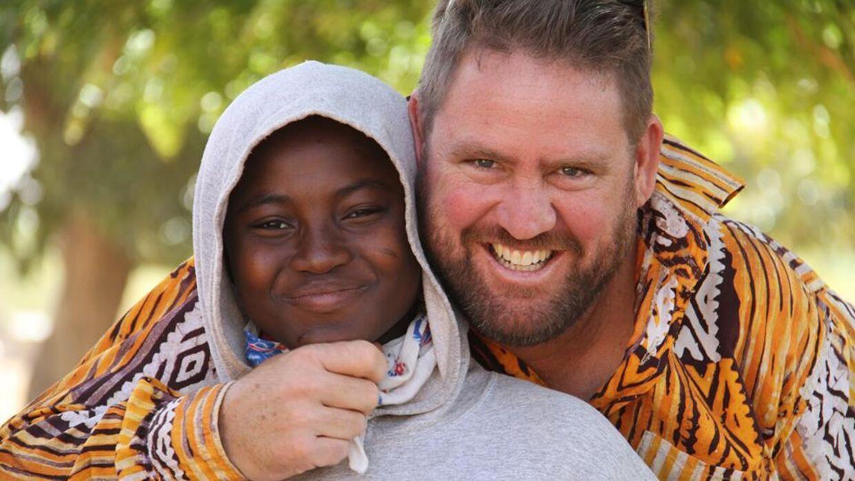 Den amerikanske missionær Michael Riddering (th) var blandt de 28 ofre for terrorangrebet i Burkina Fasos hovedstad fredag.