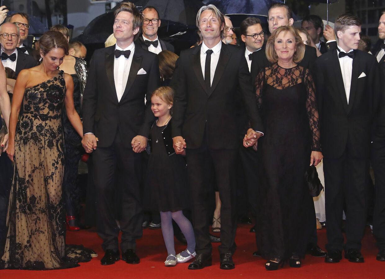 """Thomas Vinterberg (nr. 2 fra venstre) ankommer sammen med Mads Mikkelsen (i midten) og resten af skuespillerholdet fra filmen """"Jagten"""", til forevisningen ved Cannes Film Festival den 12. maj i år."""