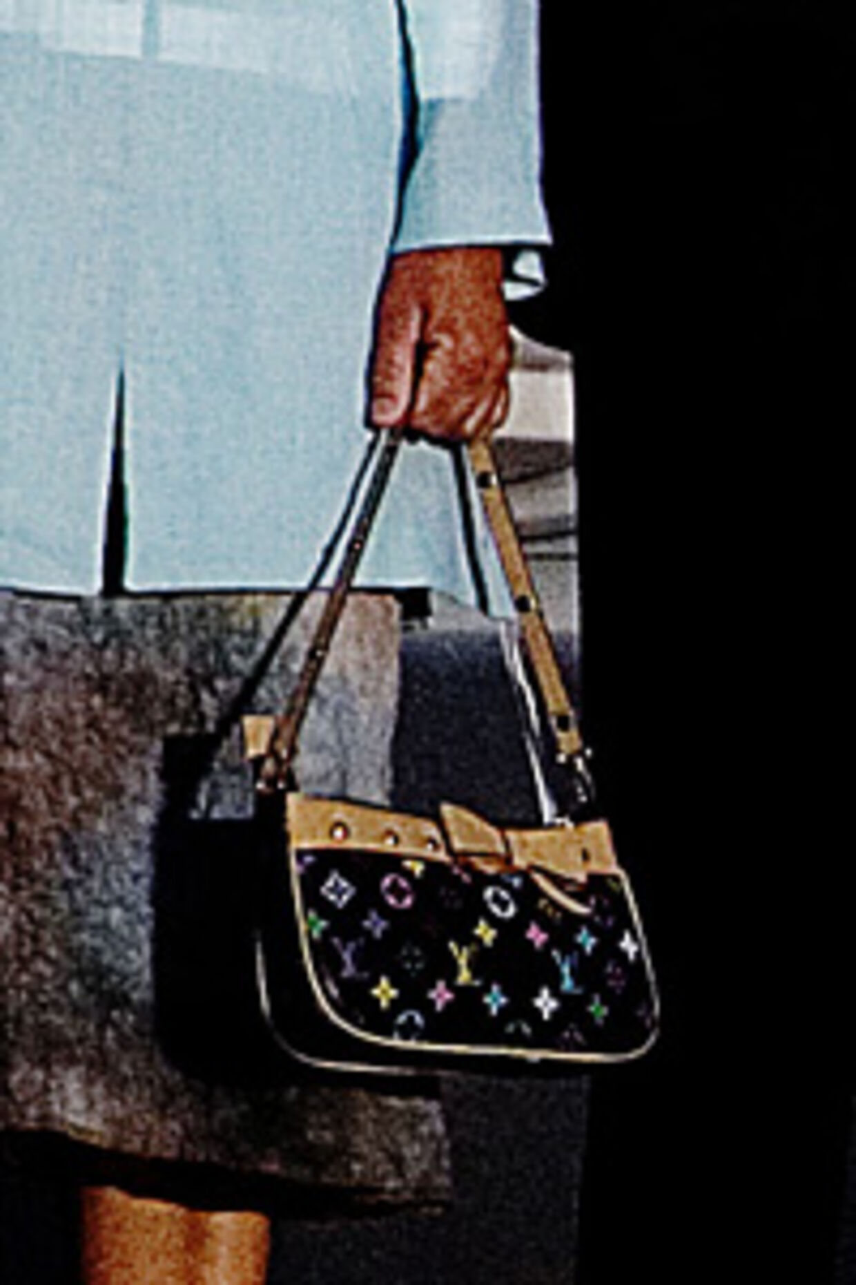 Da ledende personer i Louis Vuitton så nærbilledet af Anne-Mette Rasmussens taske, var de ikke i tvivl om, at der er tale om en kopi. For eksempel er mønstret forkert, læderkanten er for bred og så er der slet ingen sløjfe på den originale taske.<br>Foto: Claus Bjørn Larsen