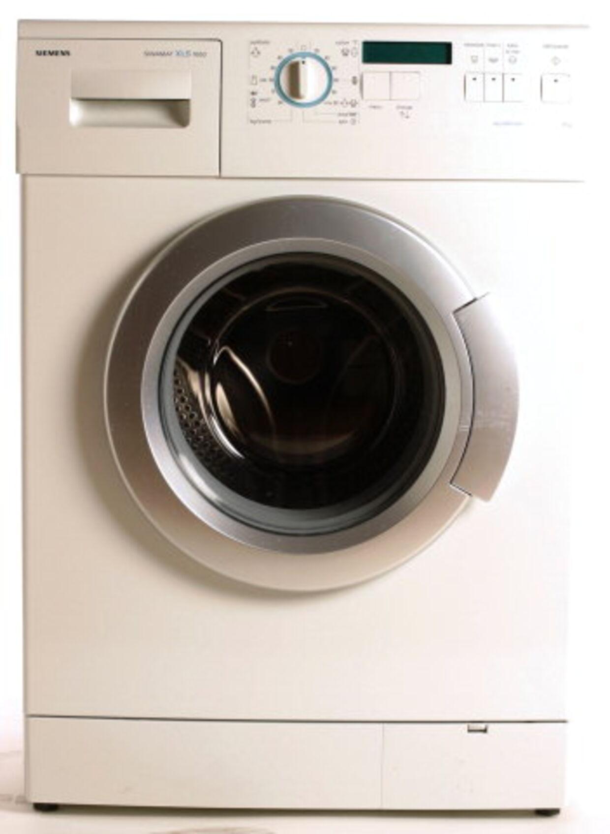 Siemens WXLS 1650 EU: Rummer seks kilo tøj. Angivet restfugt: 44 pct. Målt restfugt: 46 pct. Fordel: Børnesikring. Ulempe: Betjeningspanel med engelsk tekst.