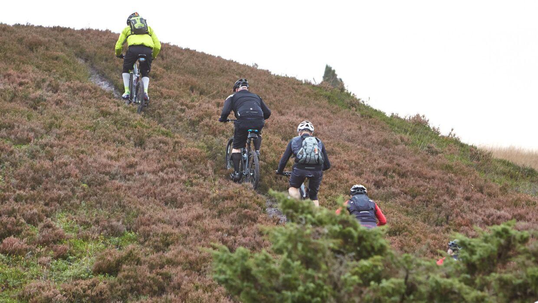 Selvom der snarere er tale om bakker end om bjerge i Danmark, er der masser af udfordringer omkring Hald Sø.