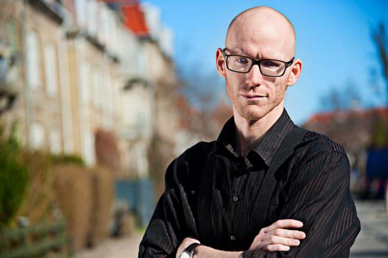Thomas Bigum er ekspert i sociale medier og kender selv til fester, der er løbet løbsk på grund af spredningen på Facebook.
