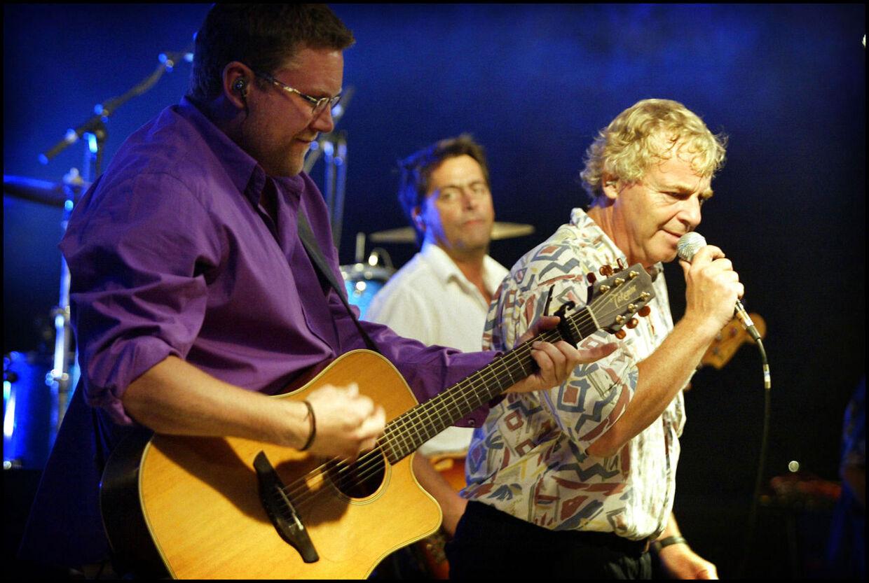 Arkivfoto af Ole Kibsgaard på scenen med Shu-bi-dua og Michael Bundesen.