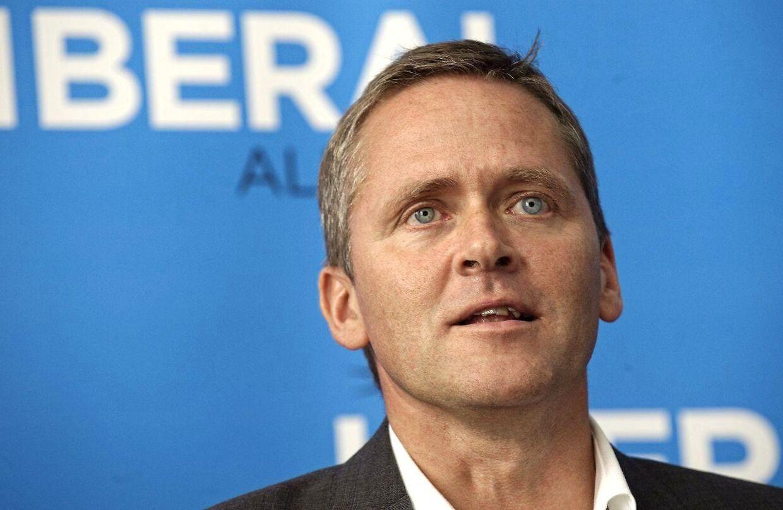 Anders Samuelsen mener, at hans ture med pressen har kostet partiet i meningsmålinger.