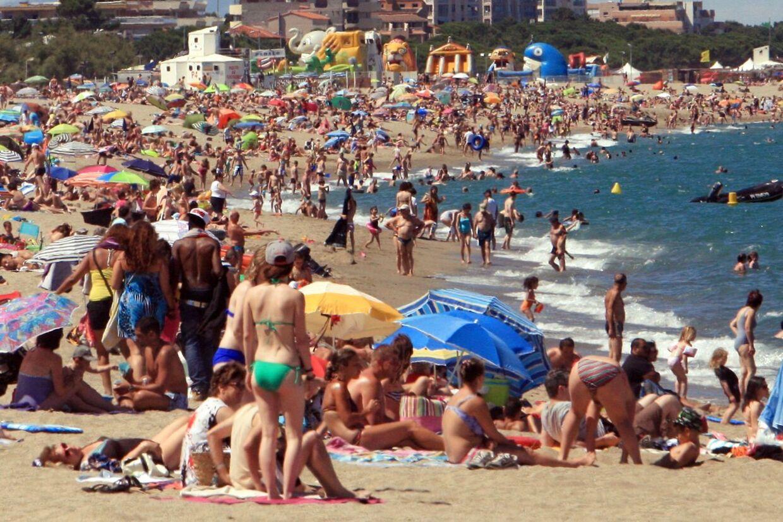 Man skal se sig for for både tyveknægte og lidt for smarte massører, når man ligger på stranden i udlandet. Arkivfoto.