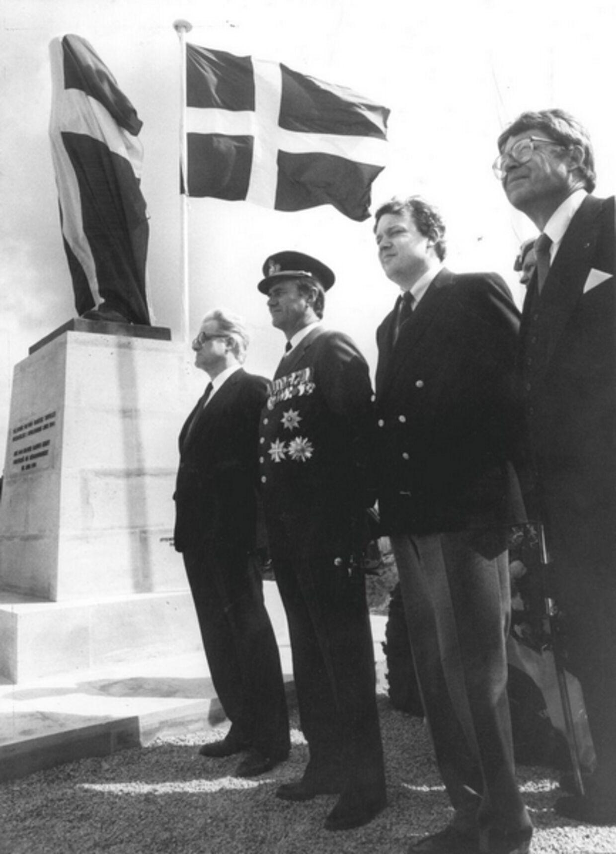 VED INDVIELSEN: Prins Henrik sagde pæne ord og daværende forsvarsminister Hans Engell var i stramtsiddende blazer, da den danske mindesten i 1984 blev afsløret i Normandiet.Arkivfoto.
