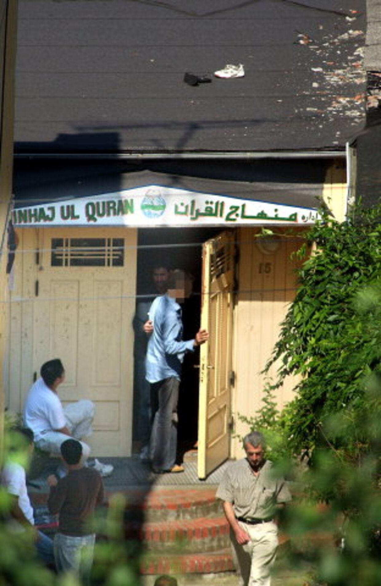 DET TA'R KUN 15 MINUTTER: B.T.s muldvarp »Hamid« viser, hvor nemt det er at sende sine to små piger på genopdragelse i Pakistan. Her går han ind i Minhaj-moskeen i Valby, 15 minutter efter har han et telefonnummer på en kontaktperson, der er klar til at sende hans to døtre på 10 og 13 år i pakistansk koranfængsel. Foto: Martin Sylvest