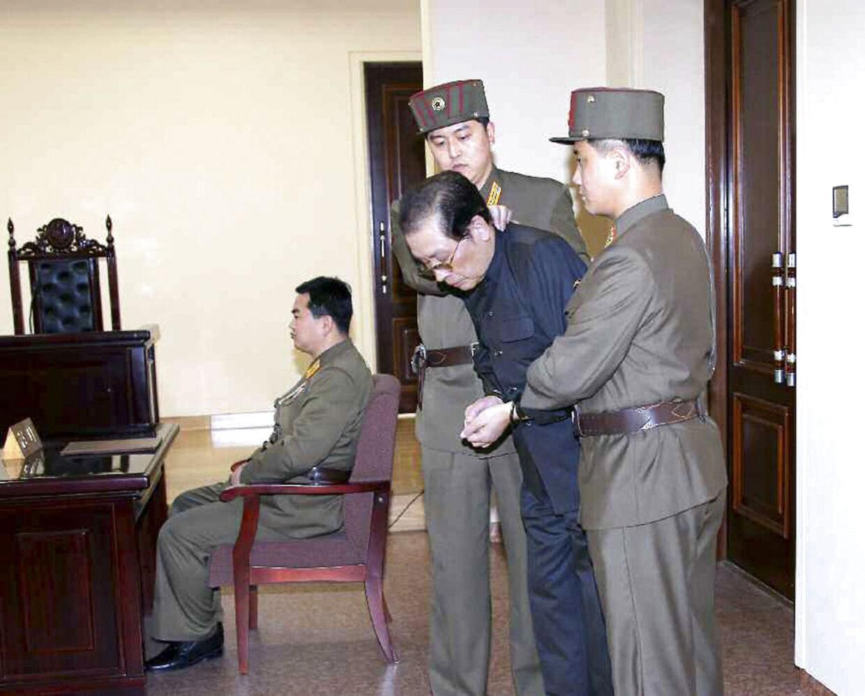 Nordkoreas unge leder Kim Jong-un overværede selv henrettelsen af sin onkel, skriver kinesisk avis. Her modtager onklen, Jang Song Thaek, sin dom.