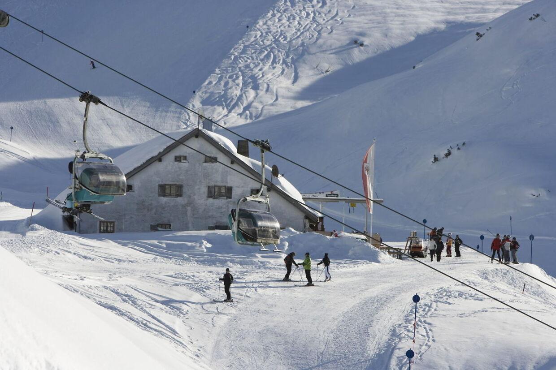 En 12-årig dreng fra københavnsområdet døde torsdag på sygehuset af de kvæstelser, han pådrog sig ved en skiulykke i Østrig tidligere på dagen. Arkivfoto.