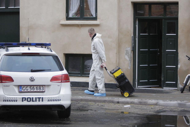 Politiets teknikere arbejdede torsdag eftermiddag stadig i lejligheden på Amager.