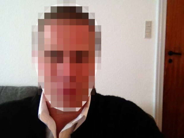 Den 34-årige gymnasielærer sidder bag tremmer i en arrest i det sydlige Jylland.