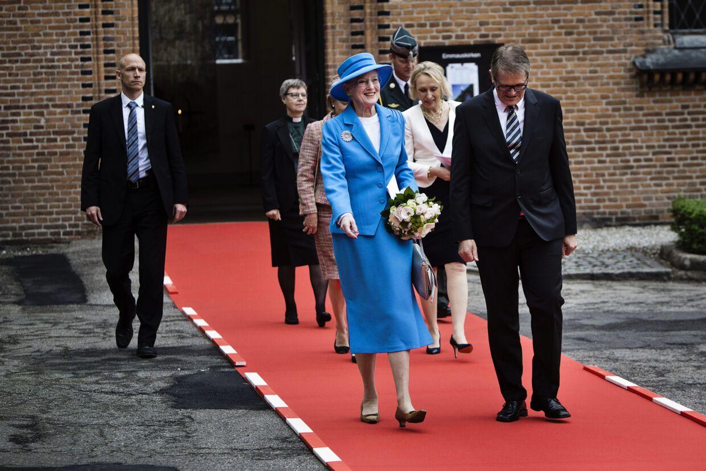 Sådan kender vi hende bedst. Til officielle begivenheder og med en buket blomster i hånden. Her er dronning Margrethe til gudstjeneste i Emmauskirken søndag den 26. maj 2013.
