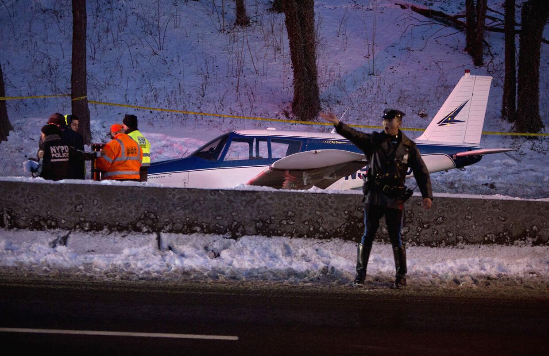 Her ses det en-motorsfly, som måtte nødlande på Major Deegan Expressway i New York natten til søndag dansk tid.