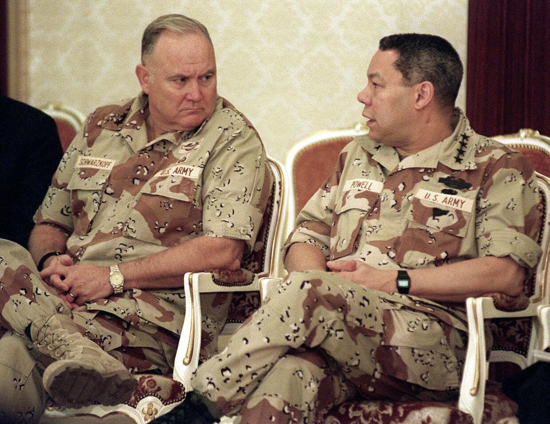 General Norman Schwarzkopf (t.v.) ses her sammen med Colin Powell i 1990.