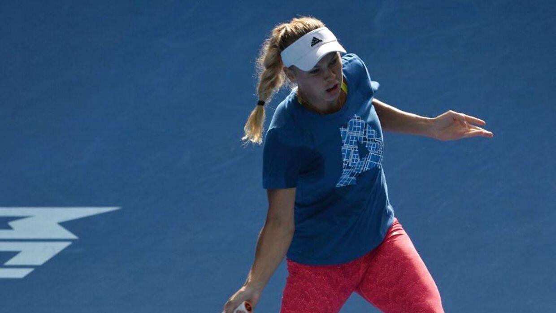 Det bliver svedende varmt, når Caroline Woziacki spiller sin første runde-kamp i Australian Open.