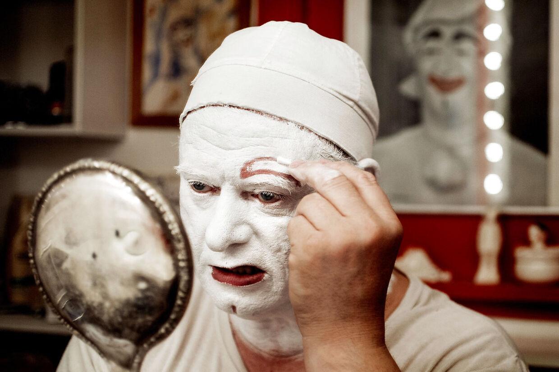 Rækkefølgen er vigtig, når Kurt Flemming lægger Pjerrots make-up. Først er det den hvide farve.
