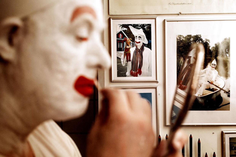 Overalt på væggene i Pjerrots lille hus hænger der fotos, som fortæller historier om Kurt Flemmings 18 år som Bakkens hvide klovn.