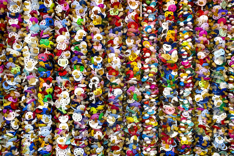 7.500 sutter på rad og række. Mange børn kommer og giver deres sut til Pjerrot, når de ikke længere har brug for den. Og Pjerrot gemmer dem alle sammen.