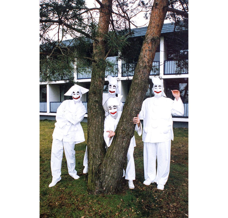 En gang imellem mødes de fire danske Pjerrotter og taler make-up og trylletricks. Det er Pjerrot fra Tivoli i Aalborg, fra Tivoli Friheden i Århus, Tivolis Pjerrot og Bakkens Pjerrot.