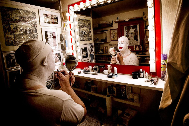 I mere end 10.000 timer har Kurt siddet foran det store spejl i Pjerrots lille hus og iført sig den karakteristiske make-up.