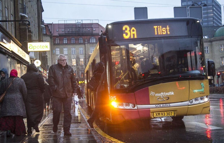 Trafikselskabet Midttrafik har på opfordring fra sine chauffører omlagt rute A3 i Aarhus, så den ikke længere kører forbi ghettoen Langkærparken i forstaden Tilst. Dermed er der ikke længere nogen busser, der betjener bydelen. Baggrunden for beslutningen er adskillige angreb med sten mod både busser og chauffører.