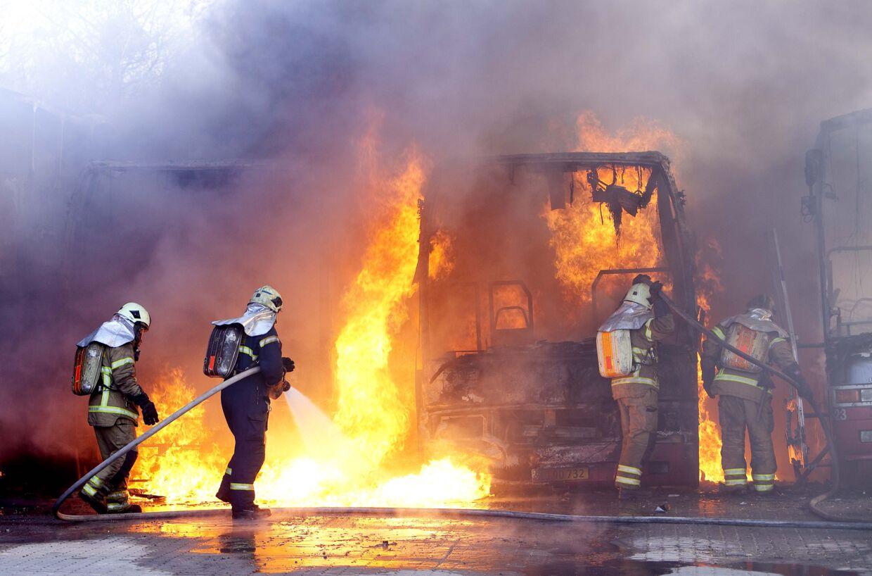 Brand i fire busser fra Auto Paaske på Holmbladsgade på Amager.