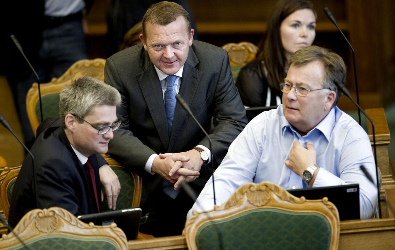 Tidligere statsminister og Venstres formand Lars Løkke Rasmussen (im) mellem partifællerne Søren Pind (tv) og Claus Hjort Frederiksen (th).
