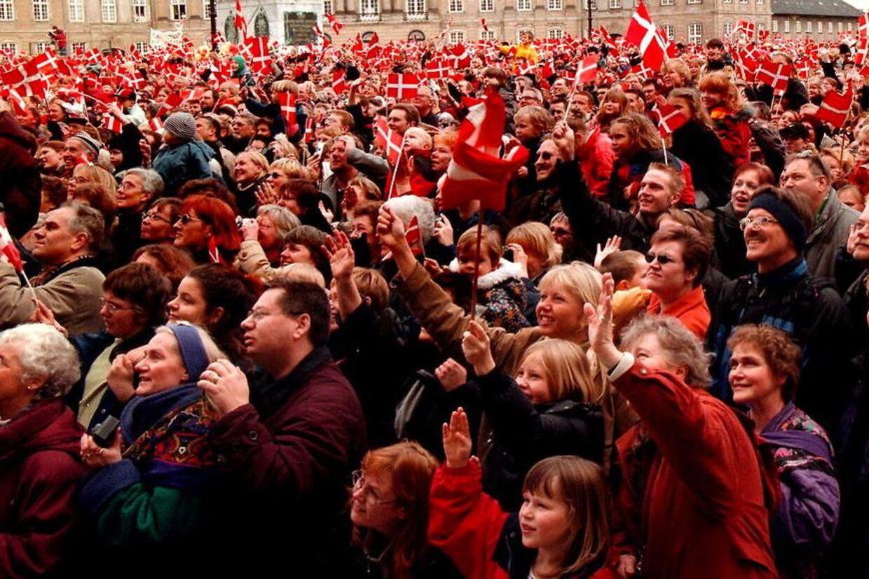 Hver 9. dansker er åben over for at droppe det vores mere end 100 år gamle demokratiske styre til fordel for en styreform efter italienske foreskrifter. Her fejrer danskerne en anden traditionsrig institution - kongehuset.