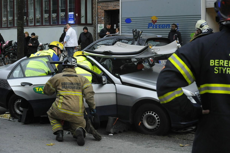 En taxachauffør forårsagede en dramatisk færdselsulykke på Jagtvej i København tirsdag. Han måtte selv skæres fri af sin havarerede bil.