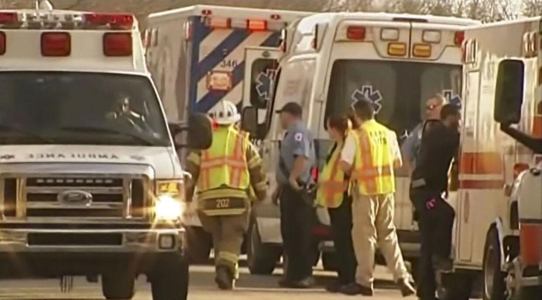Ambulancer holder i kø uden for Franklin Regional High School i Murrysville, Pennsylvania, efter knivdramaet på skolen.