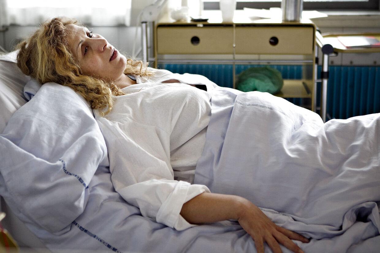 Gravide Joana Dervishi blev indlagt på Rishospitalet, efter hun blev slået, sparket og berøvet af to mænd.