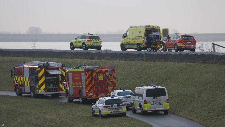 Akutlægen, en ambulance og flere politi- og brandbiler var til stede på ulykkesstedet her til morgen. (Foto: Mathias Øgendal/presse-fotos.dk)