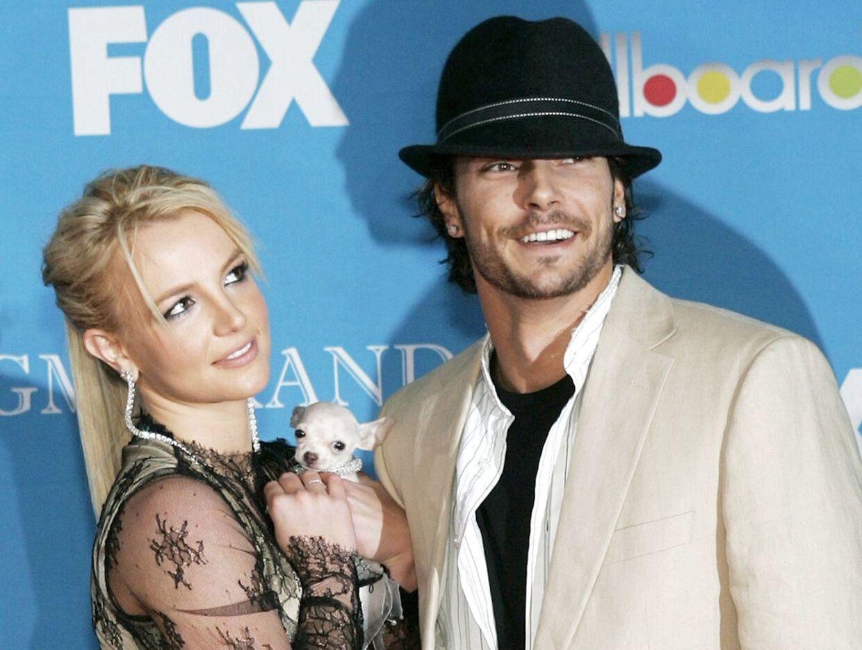 Her ses Britney Spears i 2004 med Kevin Federline, som hun blev skilt fra i 2007 (arkivfoto).