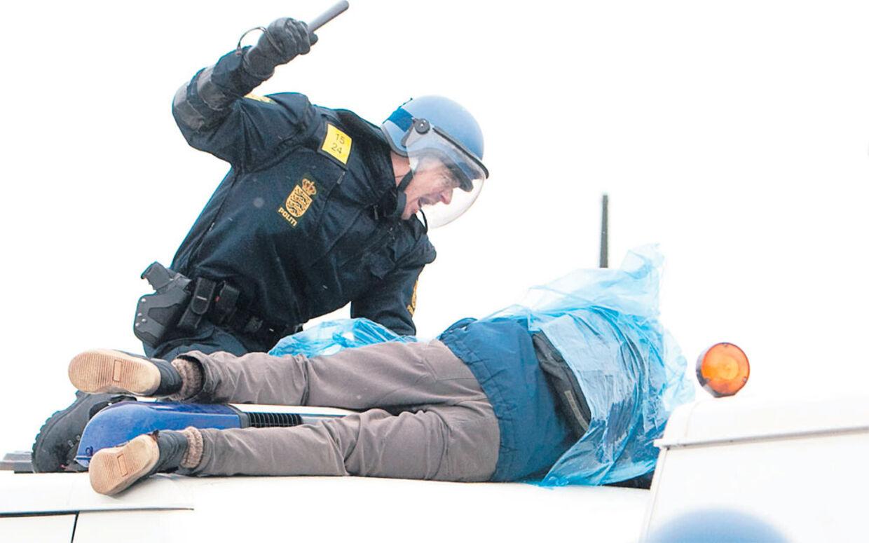 Politiet lagde ikke fingrene imellem, da den store mængde demonstranter skulle holdes i skak foran Bella Center. Der blev brugt knipler, og politihundene fik også tænderne i adskillige demonstranter.