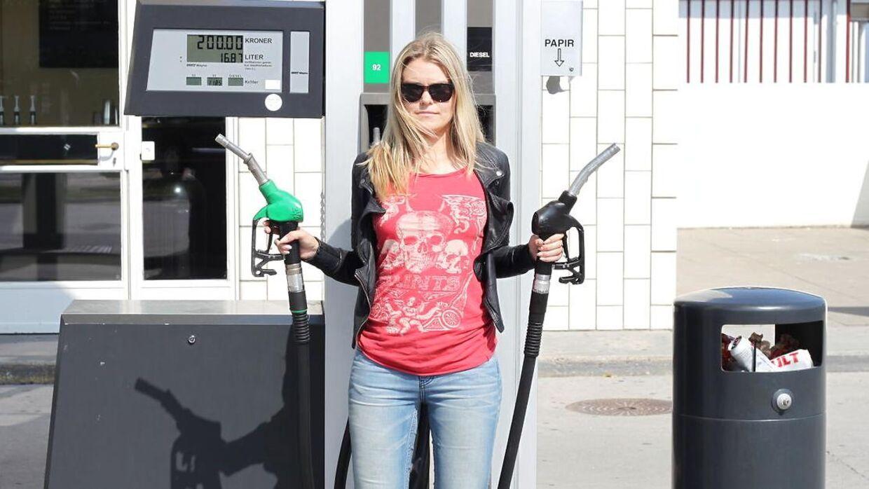 Der er blevet pumpet rigeligt med olie op fra undergrunden i forhold til, hvor meget der bliver brugt, og det presser prisen helt i bund på verdensmarkedet.