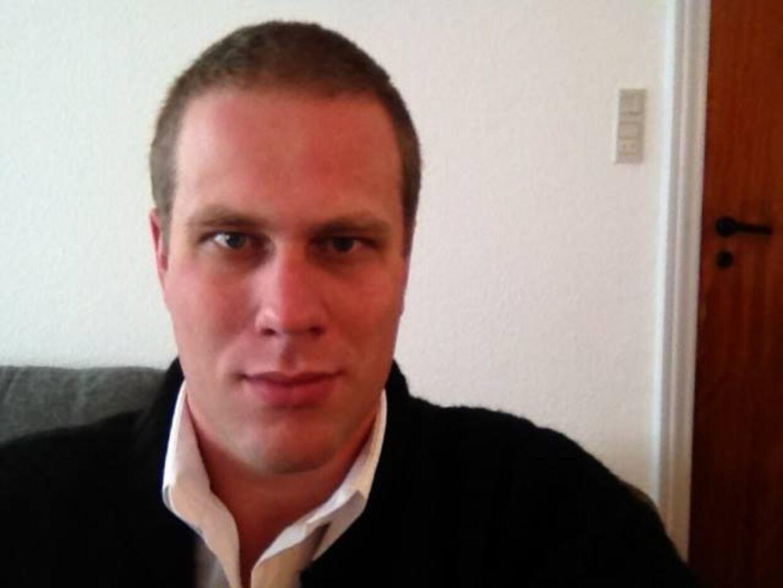 Den 34-årige gymnasielærer Bjørn Frank Jensen skal 12 år i fængsel for drabet på den 74-årige Ernst Ellebye, der blev dræbt i sin lejlighed i Tønder sidste år.