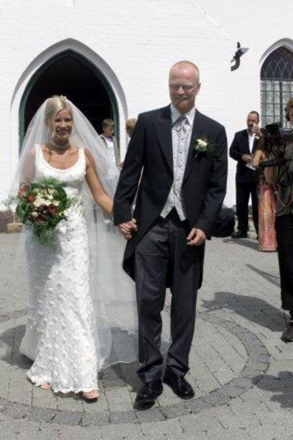 Karen og Jens på vej til reception efter kirkebrylluppet. Med fine ringe med hinandens navne ingraveret og skrevet i runer. Karens smukke kjole var shoppet i Bride Fashion i Virum. Når parret i næste uge tager på bryllupsrejse, går turen til Annesy i Sydfrankrig. Som er det sted, hvor Jens friede. Foto: Morten Thun