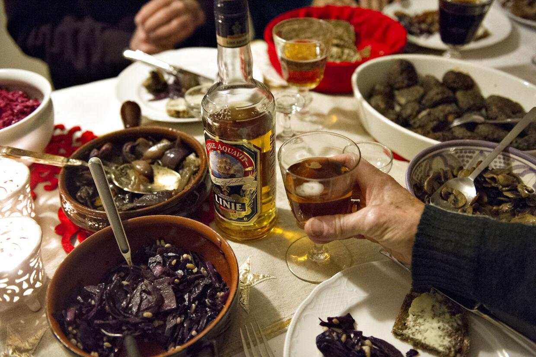 En hyggelig julefrokost med dejlig mad kan ende med at gøre dig syg, hvis hygiejnen ikke er i top (Foto: Jens Nørgaard Larsen/Scanpix 2012)