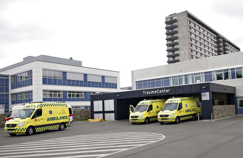Den 76-årige Lilly Knudsen blev spulet ren for benzin på parkeringspladsen foran skadestuen på Odense Universitets Hospital (arkivfoto).